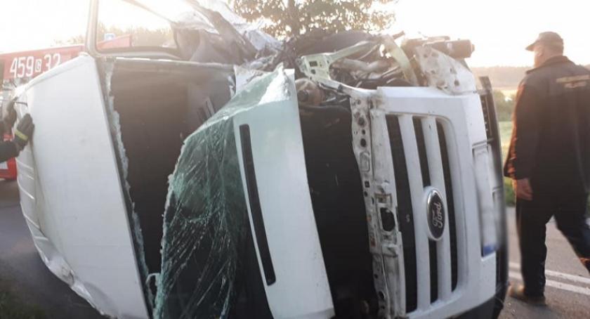 Wypadki, Szumleś Szlachecki uderzył drzewo zderzeniu Iveco - zdjęcie, fotografia