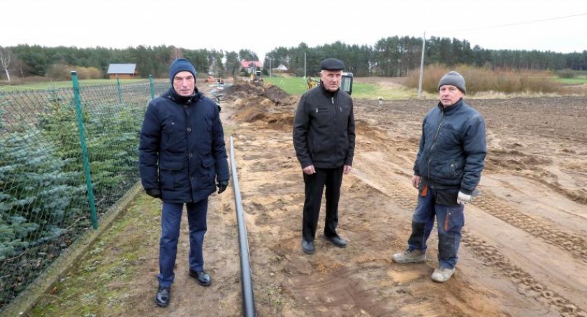 Inwestycje, Budowa kanalizacji Zamościa Białego Błota przebiega zgodnie planem - zdjęcie, fotografia