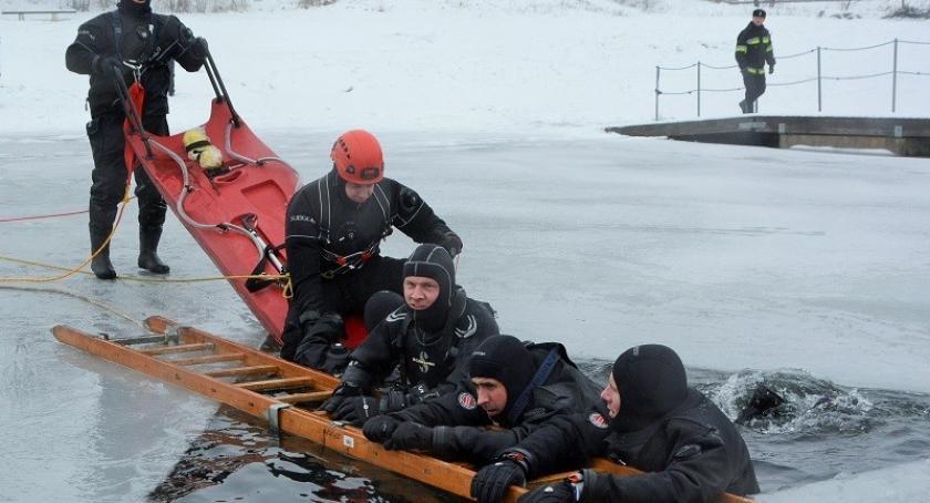 Straż pożarna, Bezpieczne ferie piątek pokazy ratownictwa jeziorem Gałęźnym - zdjęcie, fotografia