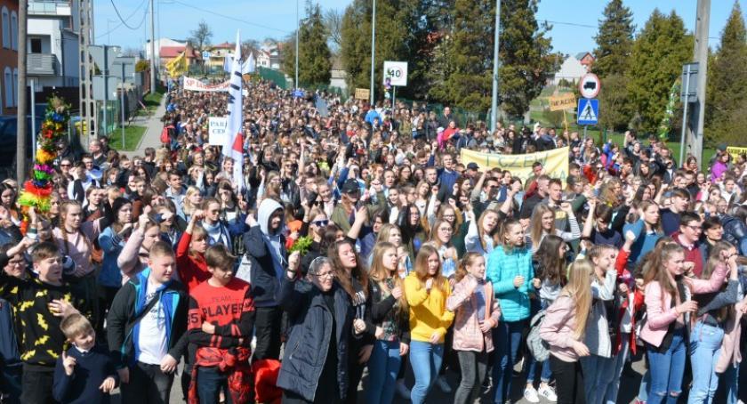 Religia, Diecezjalne Młodzieży przyciągnęły tłumy młodych Kościerzyny - zdjęcie, fotografia