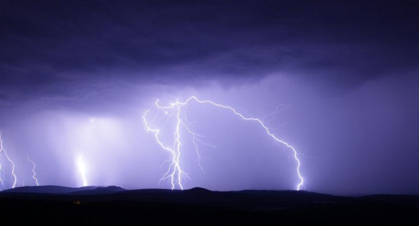 Ostrzeżenia pogodowe, ostrzeżenie stopnia przed upałem burzami - zdjęcie, fotografia