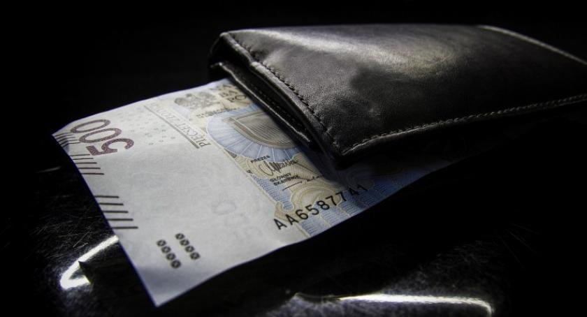 Pomoc społeczna, socjalna, Świadczenie pieniędzy rodzin wypłacono poszczególnych gminach - zdjęcie, fotografia