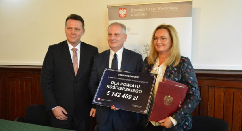 Inwestycje, Umowy dotacje Funduszu Dróg Samorządowych podpisane ponad kościerskich samorządów - zdjęcie, fotografia