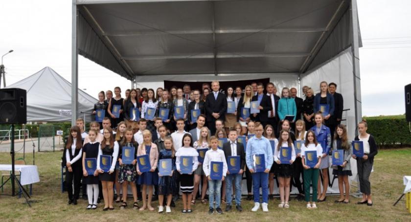 Stypendia, Stypendia Wójta Gminy Karczma rękach laureatów - zdjęcie, fotografia