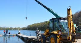 Stan wody w Gałęźnym obniżył się. Trwa akcja przesuwania pomostu