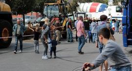 Kościerzyna. Koparki, betoniarki, walce i ciężarówki w Ogródku Jordanowskim