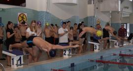 Początek dużych zawodów w pływaniu - zawody miejskie z udziałem 120 zawodników