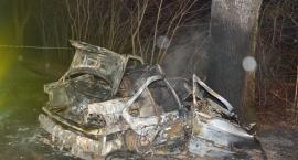 Grabowo. Osobówka uderzyła w drzewo i stanęła w płomieniach - nie żyje 30-latek