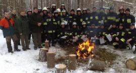 Strażacy po szkoleniu pilarza