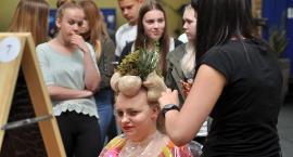 Upięcia wierszem i warzywem inspirowane - przyszłe mistrzynie fryzjerstwa rywalizowały o Złotą Szpilkę