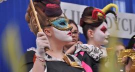 Charakter karnawału w Wenecji oddali na włosach - konkurs o