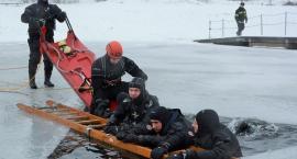 Pod czterema osobami załamał się lód. Wpadli w hipotermię -  zimowe ćwiczenia  służb
