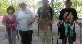 Niepełnosprawni z kijkami maszerują po zdrowie