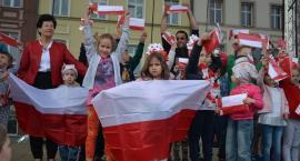 Uczcili Dzień Flagi - kościerski Rynek w barwach biało-czerwonych