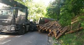 Kościerzyna-Wierzysko. DW214 zablokowana. Przewróciła się ciężarówka w drewnem