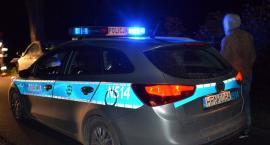 Wiele. Policjanci zapobiegli tragedii - ugasili płonący pojazd na stacji paliw