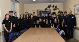 Uczniowie klasy mundurowej z wizytą na komendzie