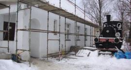 Odnawiają zniszczone budynki. Trwa remont w Muzeum Kolejnictwa