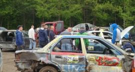 Ścigały się wysłużone samochody, czyli Wyścig Złomów w Szarlocie