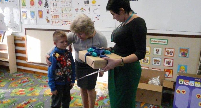 opieka nad dzieckiem, Wręczenie nagrody Przedszkolu - zdjęcie, fotografia