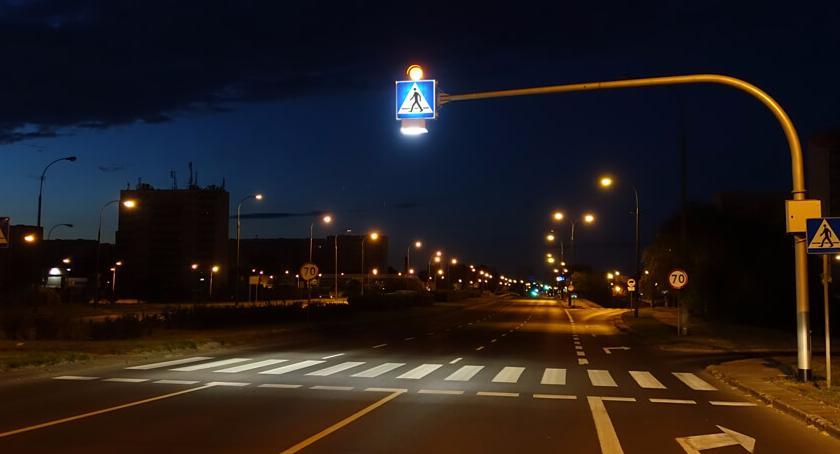 BP Stara Ochota, Widoczny pieszy Ochocie lampy doświetlające przejścia pieszych 1008) - zdjęcie, fotografia