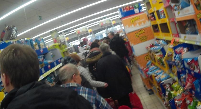 Handel i usługi, Oblężenie Biedronki Korotyńskiego - zdjęcie, fotografia