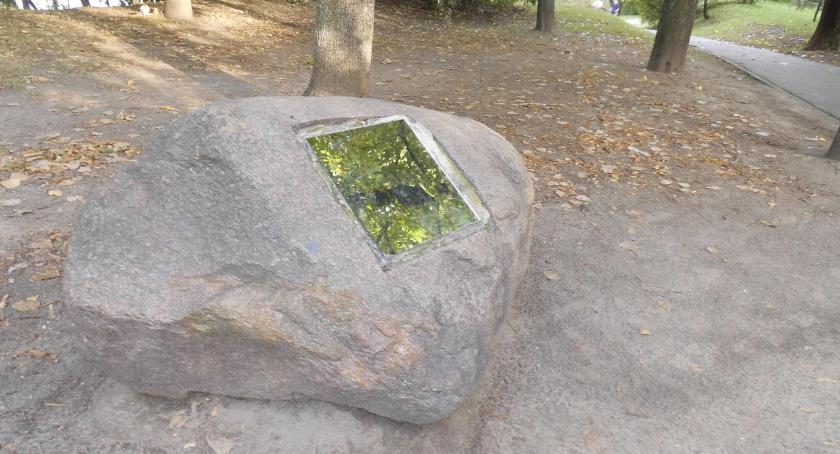 pomniki i ekspozycje, upamiętniał kamień Parku Szczęśliwickim - zdjęcie, fotografia