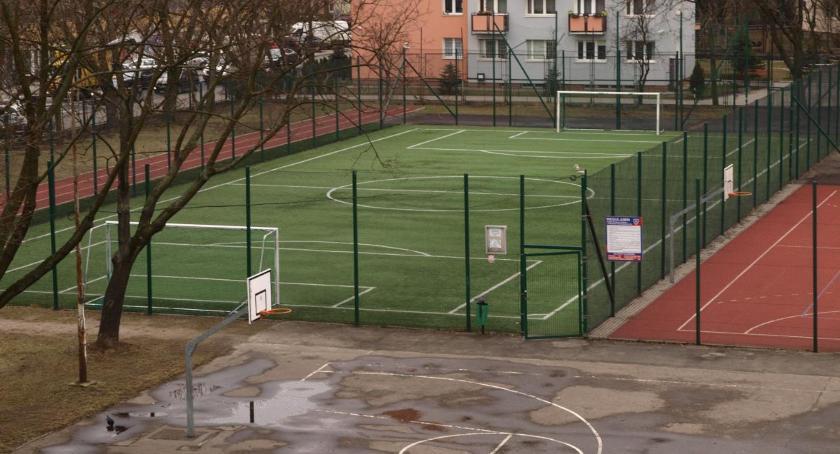 konsultacje, Dziesięć pytań sprawie parkingu boiskiem szkoły - zdjęcie, fotografia