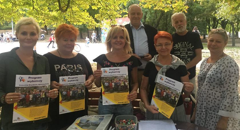 Ochocka Wspólnota Samorządowa, rozpoczęła zbieranie podpisu prezentuje swój program - zdjęcie, fotografia