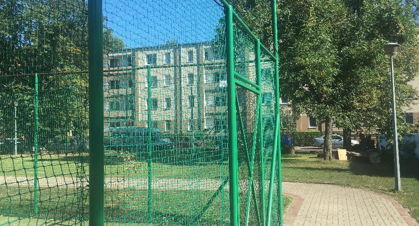 urządzenia publiczne, Potrzebne ekrany niektórych boiskach szkolnych - zdjęcie, fotografia