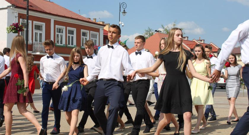 taniec, Zatańczą Poloneza ulicach Ochoty - zdjęcie, fotografia