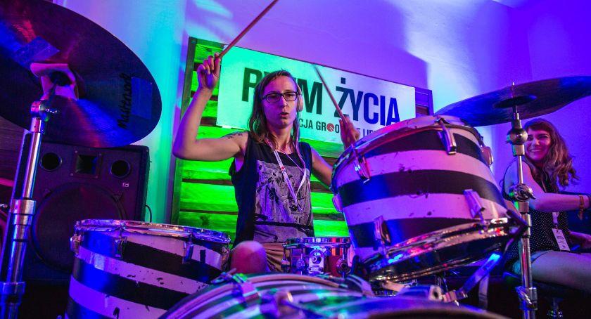 Muzyka, Perkusja kobietą - zdjęcie, fotografia
