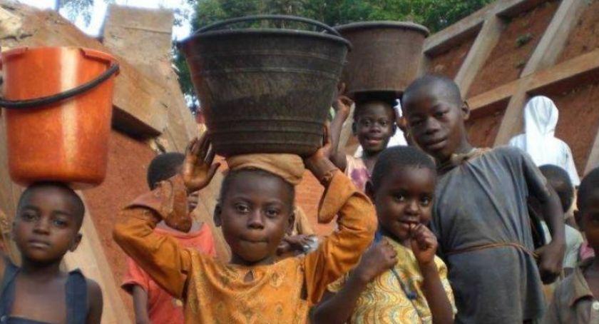 Gospodarka odpadami, Budujemy studnie Afryce! Przynieś makulaturę! - zdjęcie, fotografia