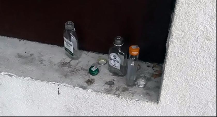 Gospodarka odpadami, Skrzydłami Zaniedbany Brudny Pozostawiony sobie setkom butelek alkoholu - zdjęcie, fotografia