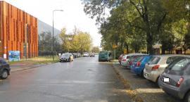 Ulica zapełniona  a parking pusty