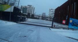 Na Trojdena parkingi świecą pustkami a ulica zawalona.