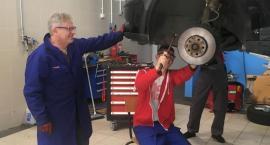 Samochodówka naprawia samochody