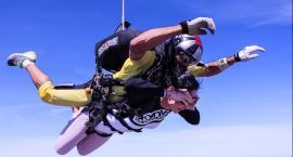 Skoki spadochronowe w tandemie – udany pomysł na prezent!