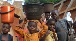 Budujemy studnie w Afryce! Przynieś makulaturę!