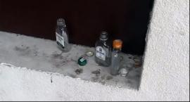 Plac Pod Skrzydłami - Zaniedbany, Brudny, Pozostawiony sam sobie i setkom butelek po alkoholu
