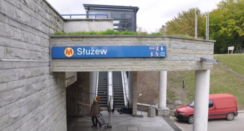 """Stacja metra Służew ma nowe wejście – zbudowane """"po cichu"""", trzecie takie """"prywatne""""…"""