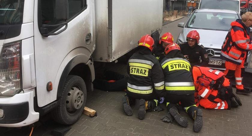 Pracownik ochrony zakleszczony pod samochodem dostawczym na ul. Cybernetyki