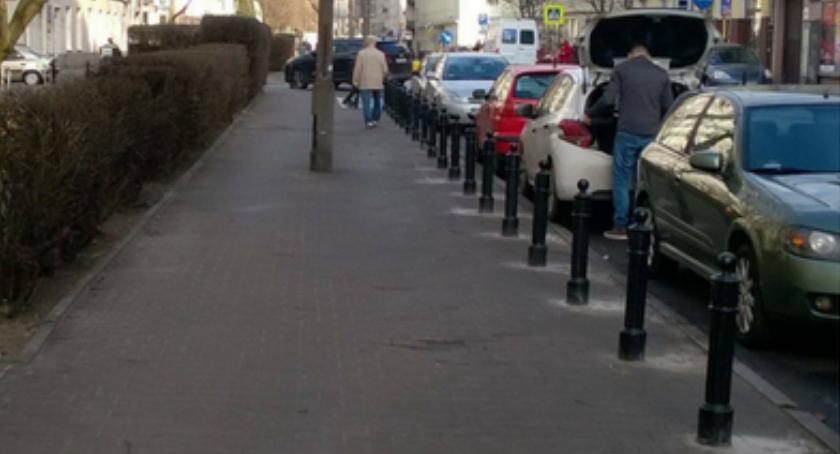 Na ul. Madalińskiego piesi mogą wreszcie wygodnie korzystać z chodnika