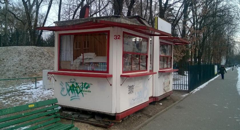 """Kontrola Facebooka: na osiedlu Dąbrowskiego """"zakwitła"""" buda, która szpeci, ale zarabia..."""