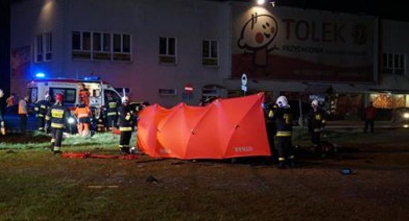 W Kolonii Lesznowola kierowca firmy przewożącej osoby wjechał pod ciężarówkę. Dwie osoby zginęły.