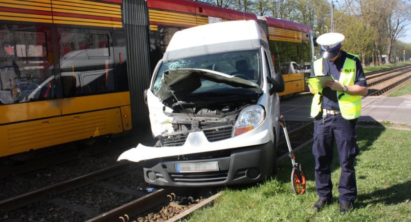Na skrzyżowaniu ulic Kaczmarskiego i Woronicza dostawczy bus zderzył się z tramwajem