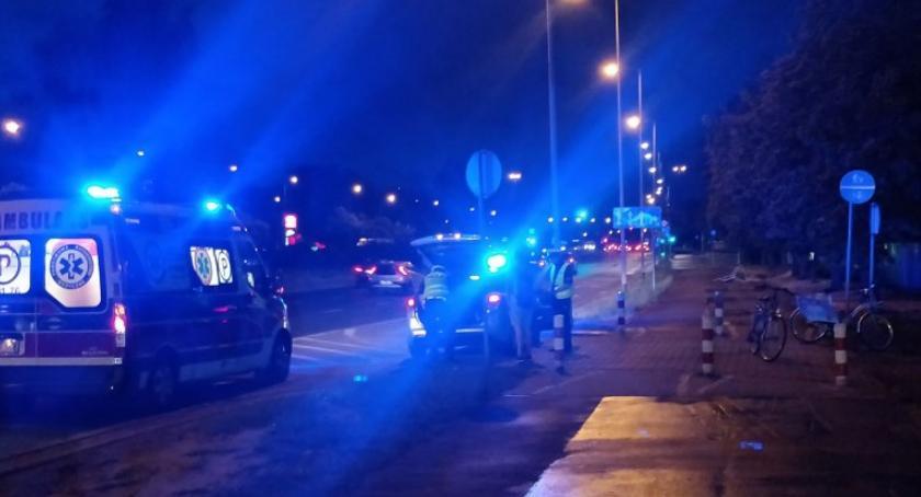 Rolkarz wpadł na rowerzystów w al. Sikorskiego i stało się: jedna osoba wylądowała w szpitalu