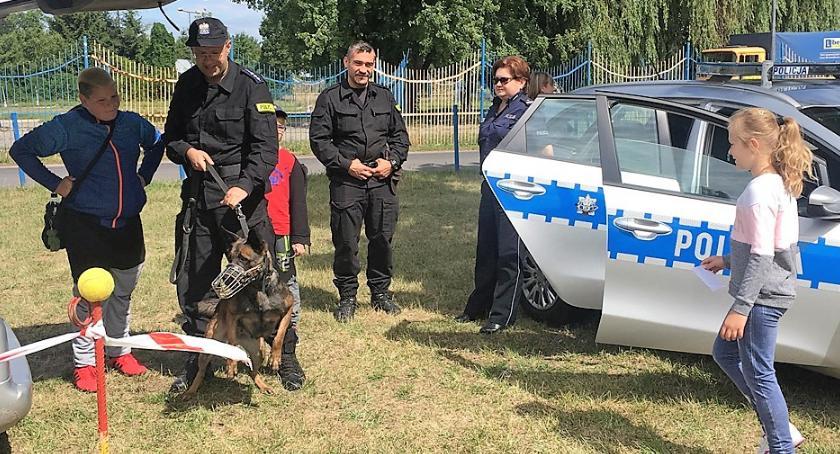 """Policyjny piknik rodzinny z udziałem psa i radiowozu, czyli """"Aktywna Warszawa"""""""