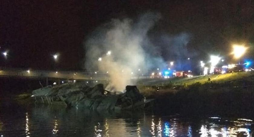 W pobliżu Portu Czerniakowskiego na wysokości ulicy Zaruskiego spłonęła opuszczona barka