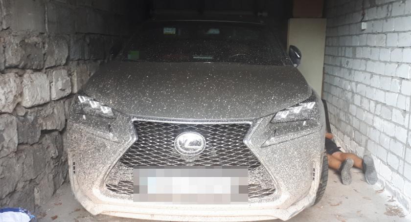 """Zlikwidowana """"dziupla"""" złodziei samochodów, cztery osoby aresztowane, odzyskany lexus"""